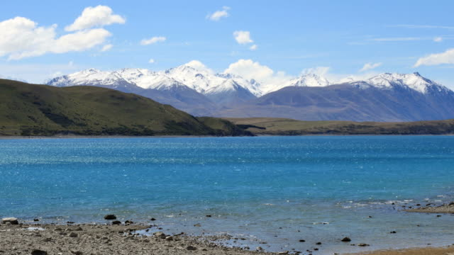 new zealand lake tekapo and southern alps - new zealand点の映像素材/bロール