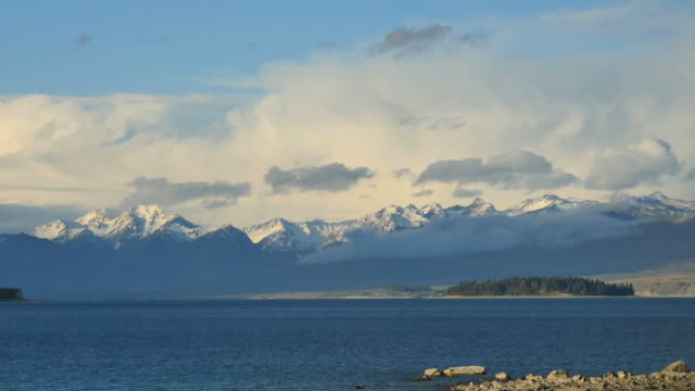 new zealand lake tekapo pan view - カンタベリー点の映像素材/bロール