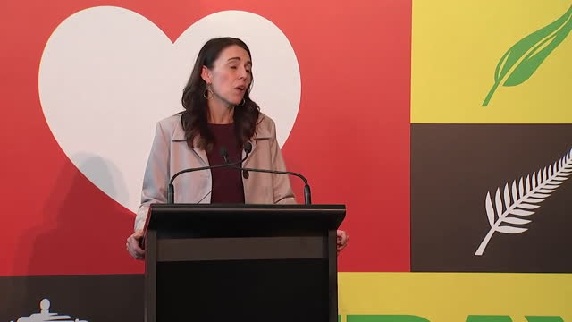 new zealand prime minister jacinda ardern talking about families being reunited after the coronavirus travel bubble with australia was opened up - 首相点の映像素材/bロール