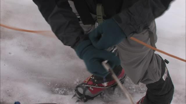 vídeos de stock, filmes e b-roll de new zealand; southern alps - corda de escalada