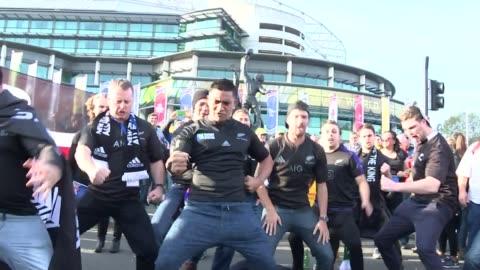 new zealand win rugby world cup 2015; england: london: twickenham: ext men peforming haka bronze statue tilt up australian supporters chanting new... - スポーツ ラグビー点の映像素材/bロール