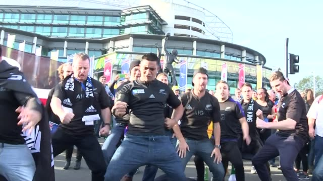 vidéos et rushes de new zealand win rugby world cup 2015 england london twickenham ext men peforming haka bronze statue tilt up australian supporters chanting new... - rugby