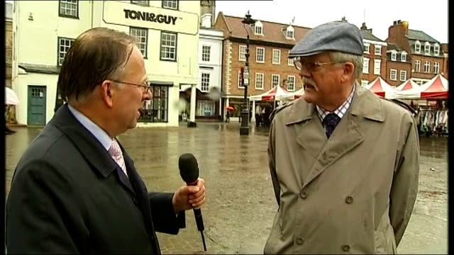vídeos de stock e filmes b-roll de nottinghamshire newark ext market in town square crest on building gvs puddles on ground as people along at market roger helmer mep greeted by itn... - porta voz masculino