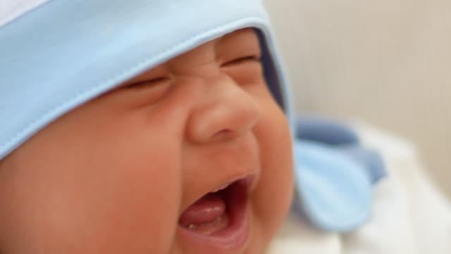 新生児ご自宅 - ため息点の映像素材/bロール