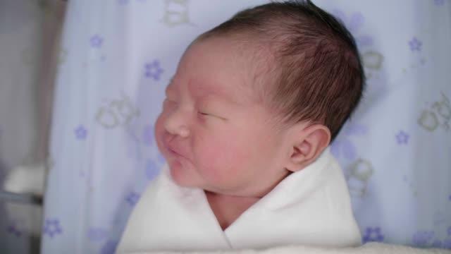 vídeos y material grabado en eventos de stock de bebé recién nacido(0-1 meses) durmiendo - 0 1 mes