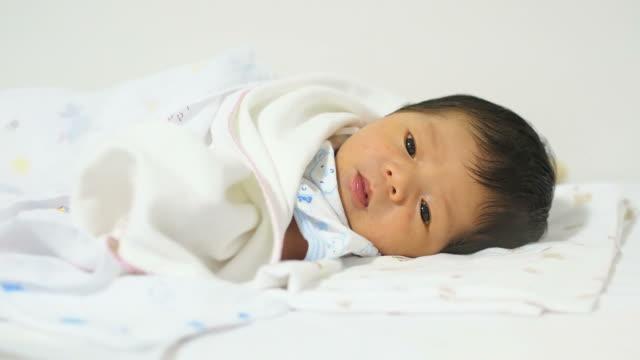 neugeborenes baby jungen - nur babys stock-videos und b-roll-filmmaterial