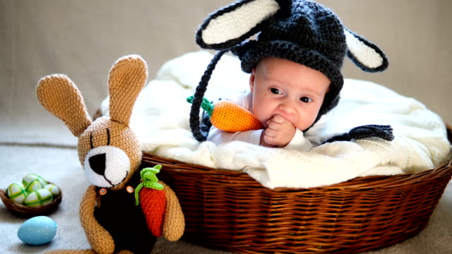 vídeos de stock e filmes b-roll de newborn baby boy wearing bunny ears and tail in a basket. - fotografia da cabeça