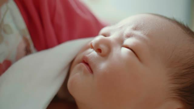 vídeos y material grabado en eventos de stock de bebé recién nacido (0-1 meses) con su madre - recién nacido 0 1 mes