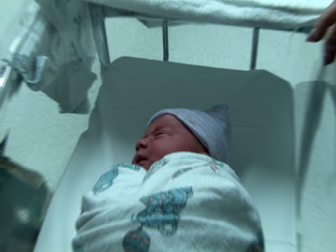 stockvideo's en b-roll-footage met newborn baby bundled in warm blanket - in een handdoek gewikkeld