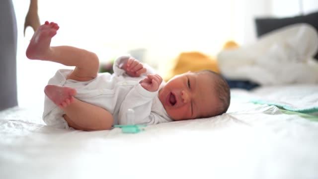 vídeos de stock e filmes b-roll de newborn baby crying - esfomeado