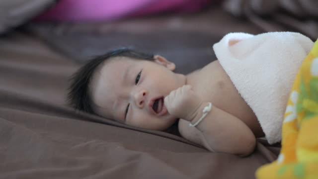 vídeos de stock, filmes e b-roll de bebê recém-nascido chorando. - só um bebê menino