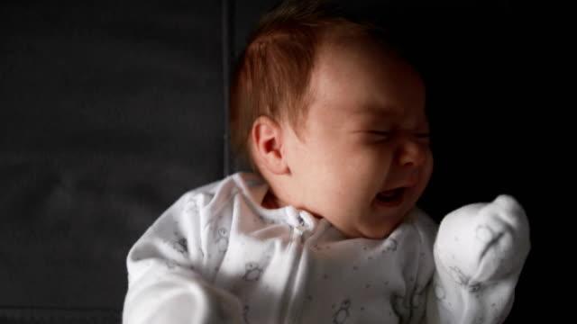 vídeos de stock, filmes e b-roll de chorando bebê recém-nascido - bebês meninos