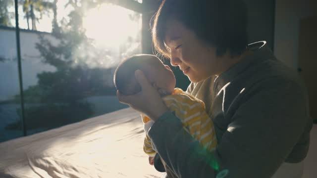 彼女の母親と新生児の女の子 - 負の感情点の映像素材/bロール