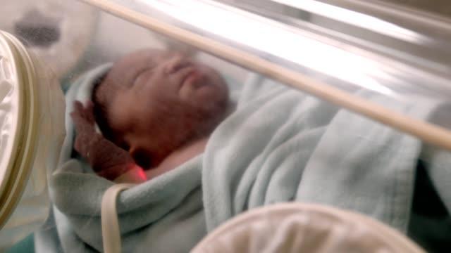 vídeos y material grabado en eventos de stock de higiene del bebé recién nacido en la sala de parto de maternidad del hospital - cambiar pañal