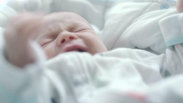vídeos de stock, filmes e b-roll de bebê recém-nascido em berço - só bebês