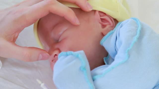 Neugeborenes baby in einen erholsamen Schlaf