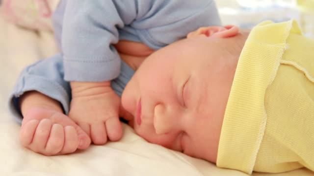 vidéos et rushes de nouveau-né bébé dans un sommeil profond - 0 11 mois
