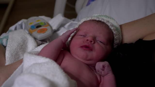 4K: nyfödd Baby bara född - förlossningen / arbetsrätt
