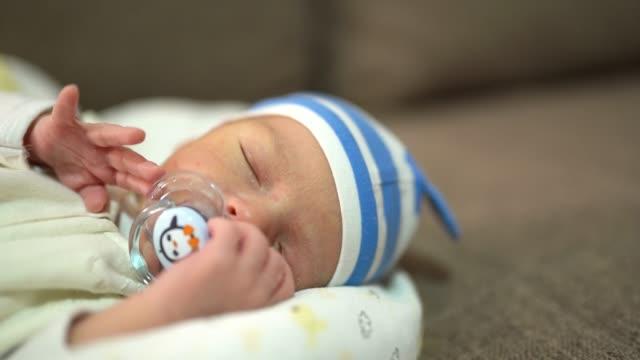 vídeos de stock e filmes b-roll de newborn baby sleeping tight - claro