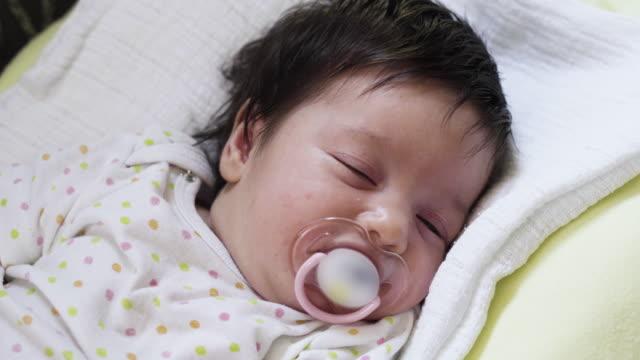 vidéos et rushes de nouveau-né, glisse à la maison - vidéo portrait