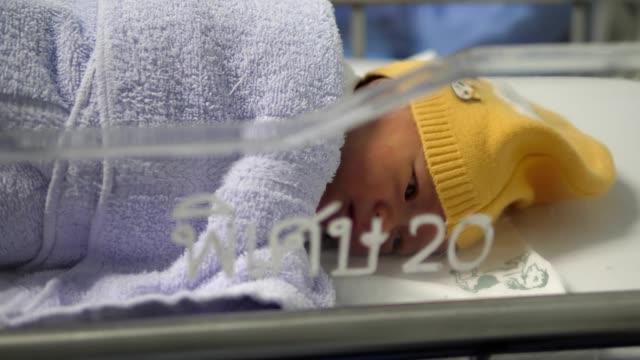 neugeborenes. - ein männliches baby allein stock-videos und b-roll-filmmaterial
