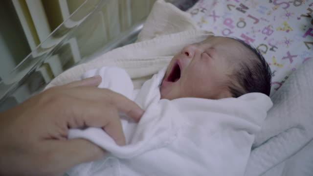 vídeos y material grabado en eventos de stock de recién nacido (0-1 mes) - recién nacido 0 1 mes