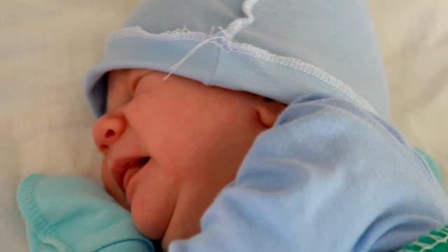neugeborene jungen wach - nur babys stock-videos und b-roll-filmmaterial