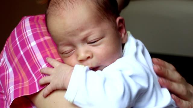 vídeos de stock, filmes e b-roll de recém-nascido a amamentação e burping - mamilo