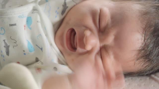 vídeos de stock, filmes e b-roll de recém-nascido chorando e gritando - vida nova