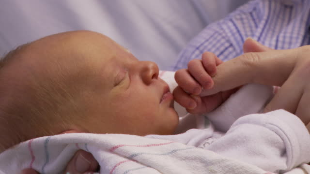 vidéos et rushes de cu, newborn girl holding mother's finger, georgia, atlanta, usa - bébé de 0 à 6 mois