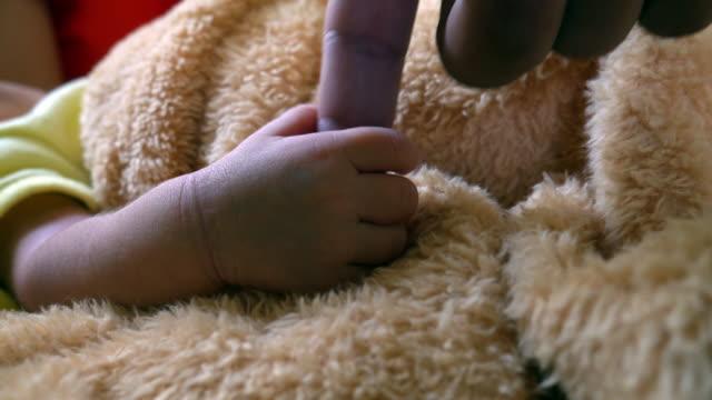 stockvideo's en b-roll-footage met pasgeborene in de kraamkliniek - ziekenzaal