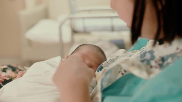 stockvideo's en b-roll-footage met pasgeboren baby slaap in haar moederwapen - menselijke neus