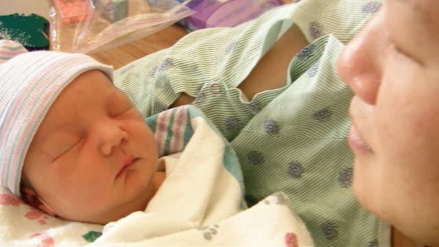 新生児眠り(hd - タオルにくるまる点の映像素材/bロール