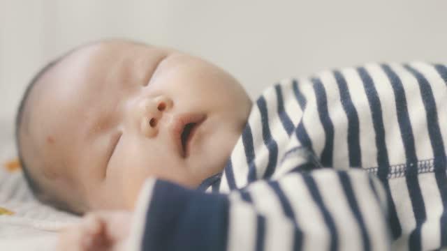 stockvideo's en b-roll-footage met pasgeboren slaap in wieg - alleen baby's