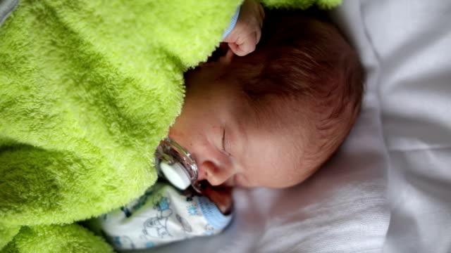 vídeos de stock e filmes b-roll de recém-nascido dormir - só um bebé menino
