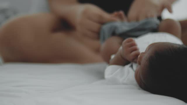 vídeos y material grabado en eventos de stock de historia del recién nacido - recién nacido 0 1 mes