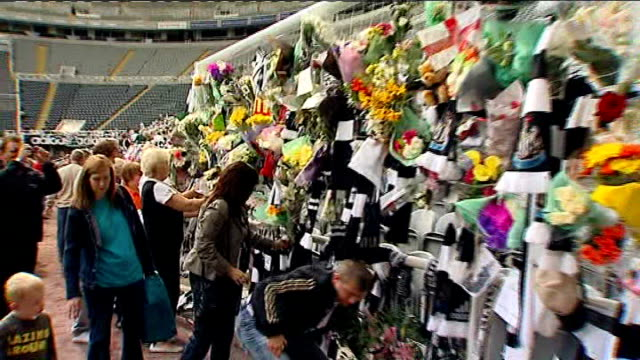 newcastle st james' park ext newcastle united fans many wearing team shirts arriving to pay their respects to former manager sir bobby robson people... - pancreatic cancer stock videos and b-roll footage