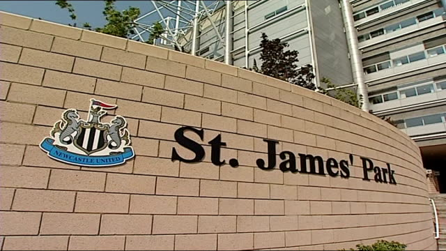 stockvideo's en b-roll-footage met st james' park stadium england tyne and wear newcastle upon tyne views / aerials st james' park stadium on sunny day general views of exterior of st... - newcastle upon tyne