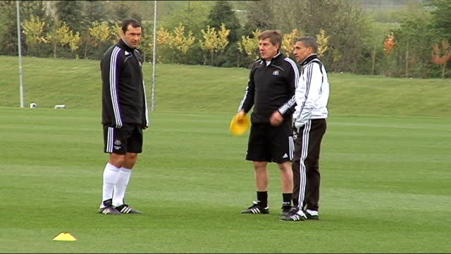 newcastle united training shots; england: newcastle: ext gv's newcastle assistant manager chris hughton, colin calderwood and peter beardsley - torschuss stock-videos und b-roll-filmmaterial