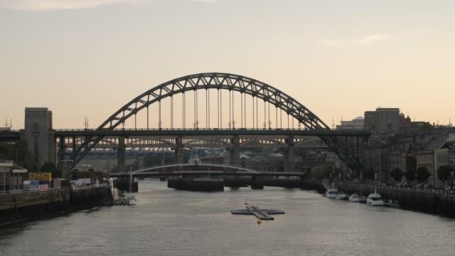 stockvideo's en b-roll-footage met newcastle upon tyne skyline, gateshead with the tyne bridge over river tyne, tyne and wear, tyneside, england, uk, europe - tyne bridge