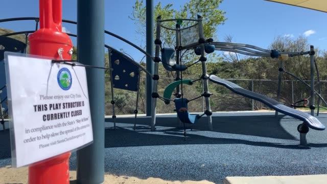 vidéos et rushes de newhall playground closed due to restrictive coronavirus measures on march 26, 2020 in santa clarita, california. - santa clarita