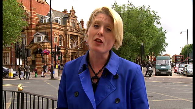 vídeos de stock e filmes b-roll de newham council chief executive quits despite being most highly paid england east london newham ext reporter to camera general views newham town hall... - town hall