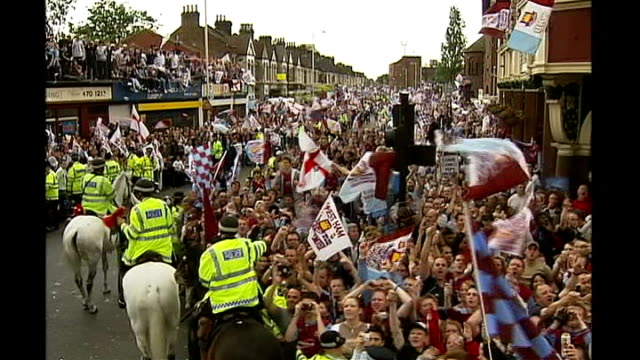 ext west ham fc fans celebrate in street their club's promotion back into premiership - west ham fc stock-videos und b-roll-filmmaterial