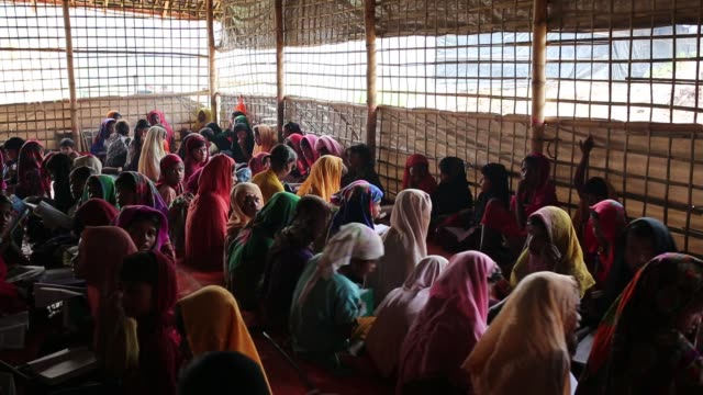 vídeos y material grabado en eventos de stock de cox's bazar bangladesh october 05 newly arrived rohingya children fled from oppression within ongoing military operations in myanmar's rakhine state... - koran