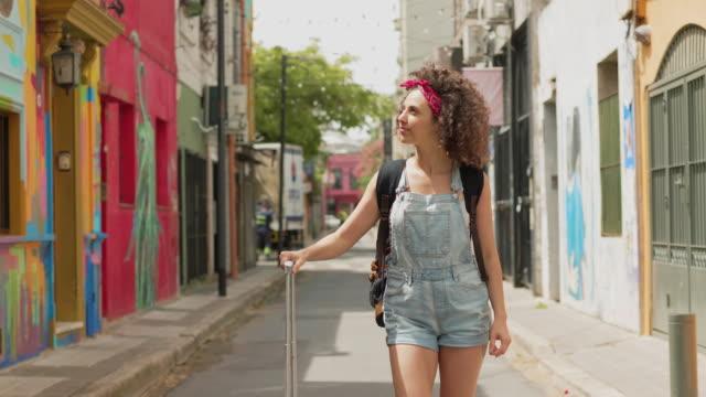 ブエノスアイレスの通りを歩く新しく到着した観光客 - 南アメリカ点の映像素材/bロール