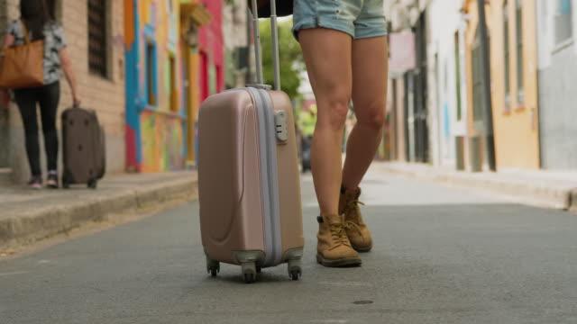 電話で話しながら通りを歩く新しく到着した観光客 - 南アメリカ点の映像素材/bロール