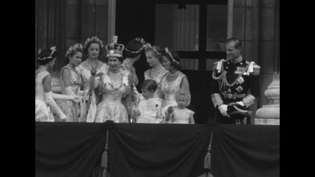 newly crowned queen elizabeth ii along with her maids of honor walk out onto balcony at buckingham palace with prince charles and princess anne... - balkon stock-videos und b-roll-filmmaterial