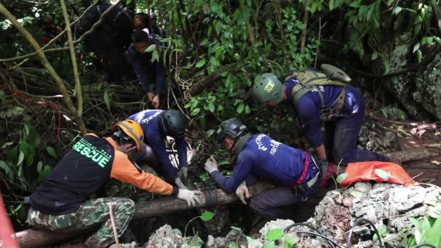 stockvideo's en b-roll-footage met a newly discovered opening to a flooded cave in thailand where 12 children and their football coach have been stuck for six days raises hopes for the... - redding begrippen