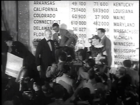 vidéos et rushes de newly elected president dwight d eisenhower and mamie eisenhower walking onto a stage with crowd cheering after election results were announced /... - 1952
