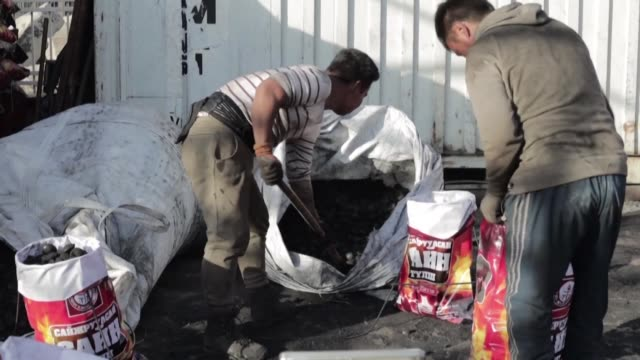 vídeos de stock e filmes b-roll de newly government issued coal causes widespread health problems and deaths in mongolia's capital ulaanbaatar also known to be one of the most polluted... - ulan bator
